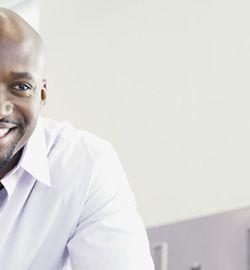 Een man in gesprek met een loopbaancoach van Matchcare